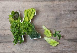 "Source alimentaire en vitamine K ""width ="" 695 ""height ="" 482 ""srcset ="" https://naturallysavvy.com/wp-content/uploads/2018/12/Vitamin-K-Food-Sources-300x208.jpg 300w, https : //naturallysavvy.com/wp-content/uploads/2018/12/Vitamin-K-Food-Sources-100x70.jpg 100w, https://naturallysavvy.com/wp-content/uploads/2018/12/Vitamin- K-Food-Sources-218x150.jpg 218w, https://naturallysavvy.com/wp-content/uploads/2018/12/Vitamin-K-Food-Sources.jpg 600w ""tailles ="" (largeur maximale: 695 pixels) 100vw, 695px"