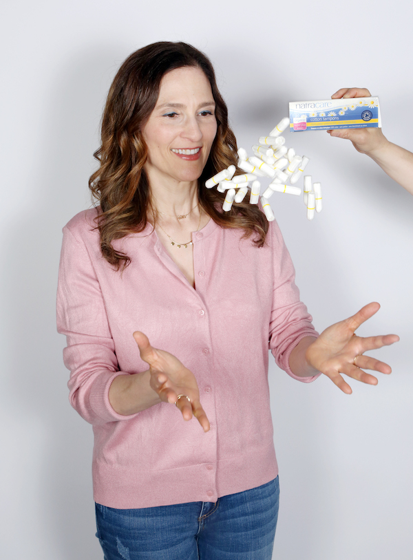 """Tampons de coton bio """"width ="""" 500 """"height ="""" 678 """"srcset ="""" https://naturallysavvy.com/wp-content/uploads/2019/09/Natracare-Flying-Tampons-v1.jpg 600w, https: // naturellementsavvy.com/wp-content/uploads/2019/09/Natracare-Flying-Tampons-v1-221x300.jpg 221w """"values ="""" (max-width: 500px) 100vw, 500px"""
